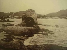 A Itapuca (primeiro plano) e a Pedra do Índio. Ao fundo, a Praia de Icaraí: escassas construções e luxuriante vegetação. Foto da primeira década do século XX